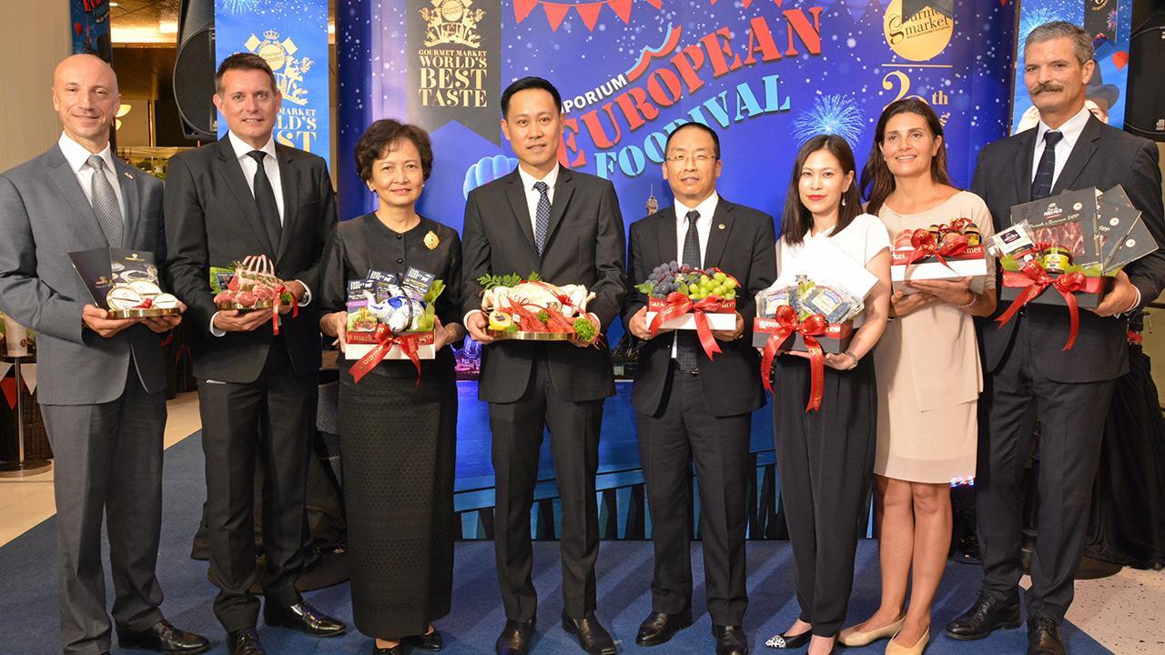 """หม่ำกันเพลิน เชวัง โชเพล ดอร์จิ ทูตภูฏาน เปิดงาน """"กูร์เมต์ มาร์เก็ต เวิลด์ เบสท์ เทสต์ 2017"""" เพื่อฉลองครบรอบ 20 ปี กูร์เมต์ มาร์เก็ต พร้อมสัมผัสรูปแบบวัฒนธรรมอาหารระดับโลก จัดถึง 23 ส.ค. โดยมี นันทวัลย์ ศกุนตนาค และ ชัยรัตน์ เพชรดากูล มาร่วมงานด้วย ที่ดิ เอ็มโพเรียม วันก่อน."""