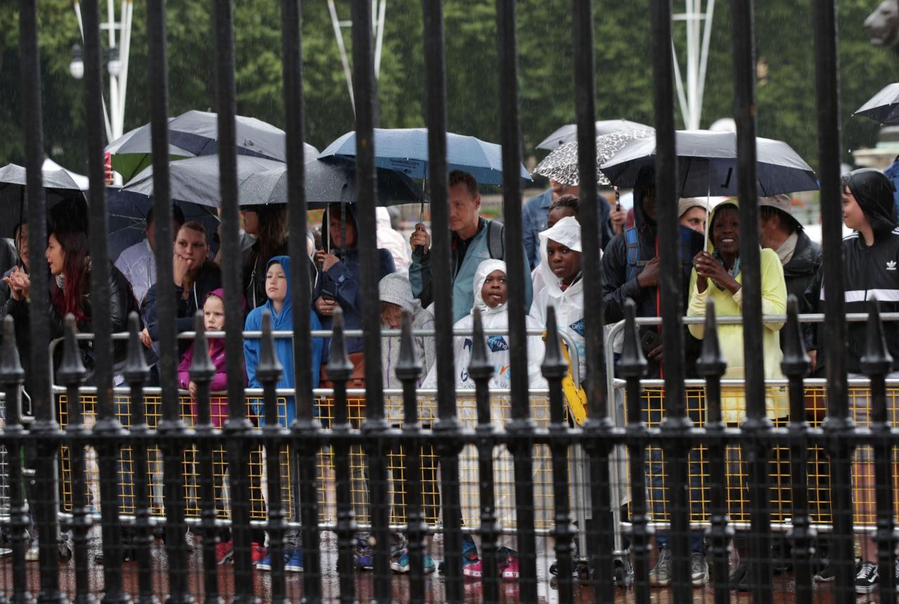 ประชาชนเฝ้ารอชมพิธีสวนสนามของหน่วยราชนาวิกโยธิน