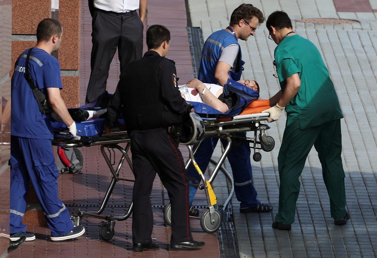 แพทย์เคลื่อนย้ายผู้บาดเจ็บไปโรงพยาบาล