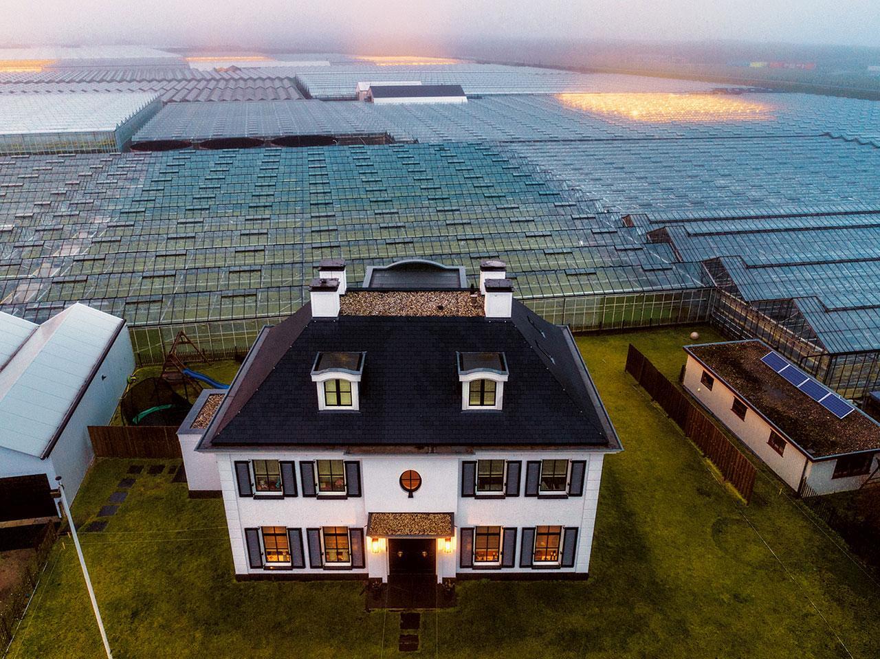 ทะเลเรือนกระจกล้อมรอบบ้านของชาวไร่รายหนึ่งในเขตเวสต์แลนด์ของเนเธอร์แลนด์ ชาวดัตช์กลายเป็นผู้นำของโลกในเรื่องนวัตกรรมทางการเกษตร และบุกเบิกหนทางใหม่ๆ เพื่อต่อกรกับความหิวโหย