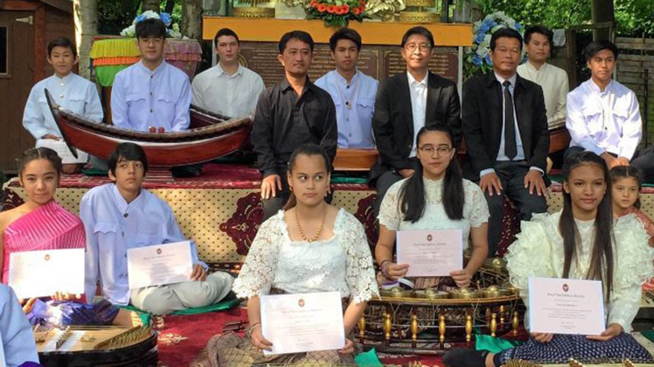 """ลูกหลานไทย มนัสวี ศรีโสดาพล ออท. ณ กรุงบรัสเซลส์ เบลเยียม มอบวุฒิบัตรให้แก่เยาวชนไทยในเบลเยียมและฝรั่งเศส ที่ร่วม """"ค่ายเยาวชนวัฒนธรรมและดนตรีไทยในเบลเยียม ครั้งที่ 5"""" ที่วัดไทยธรรมมาราม เมืองวอเตอร์ลู."""