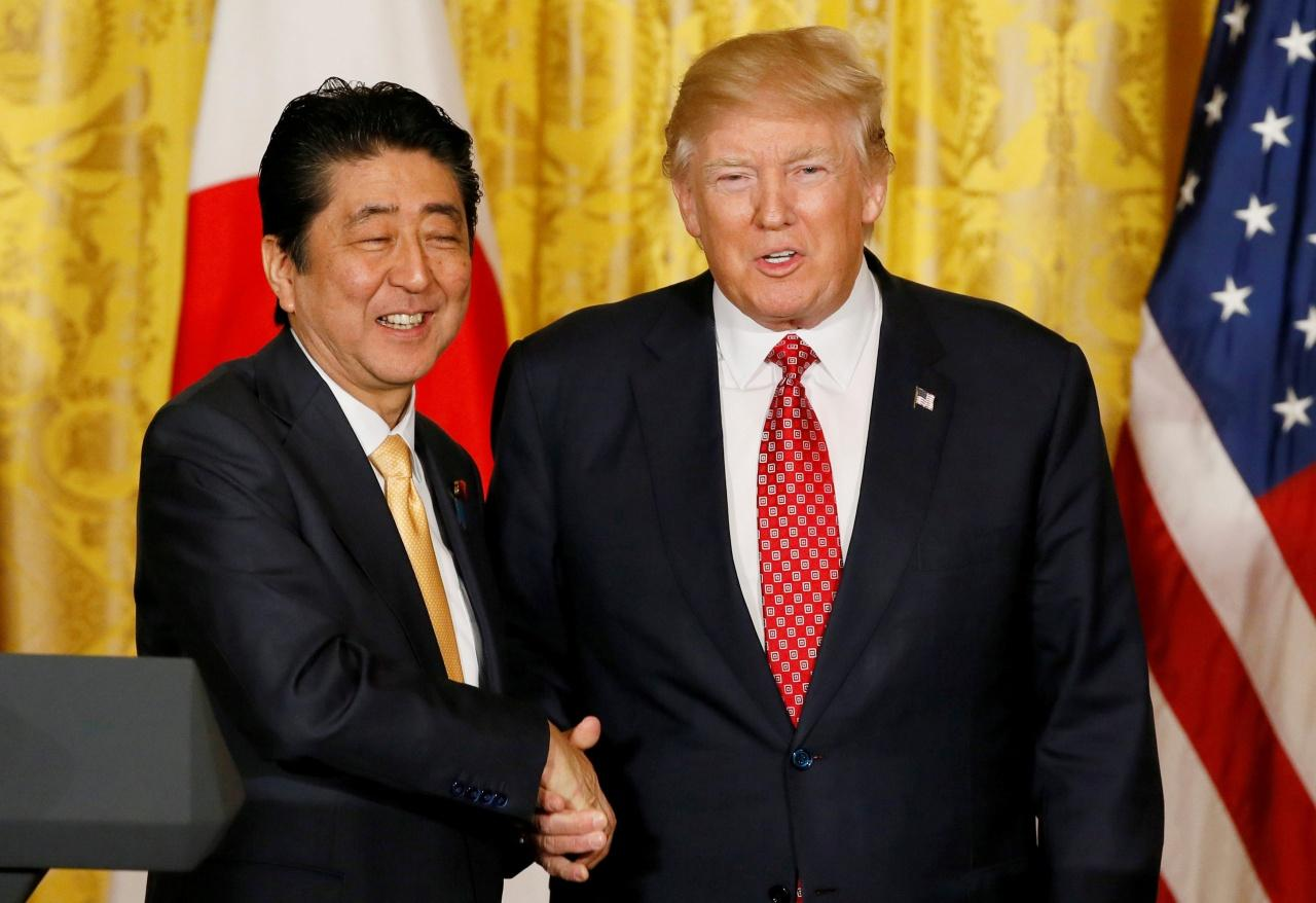 ชินโสะ อาเบะ นายกรัฐมนตรีญี่ปุ่น และ โดนัลด์ ทรัมป์ ประธานาธิบดีสหรัฐฯ