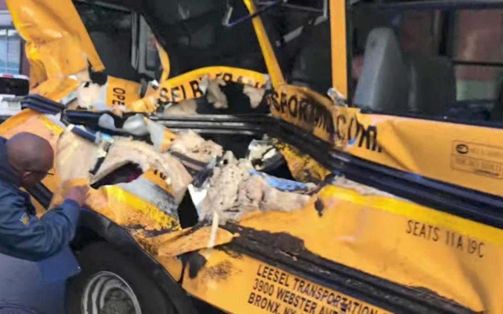 รถบัสนักเรียนโดนรถบรรทุกคนร้ายพุ่งชนด้านข้าง