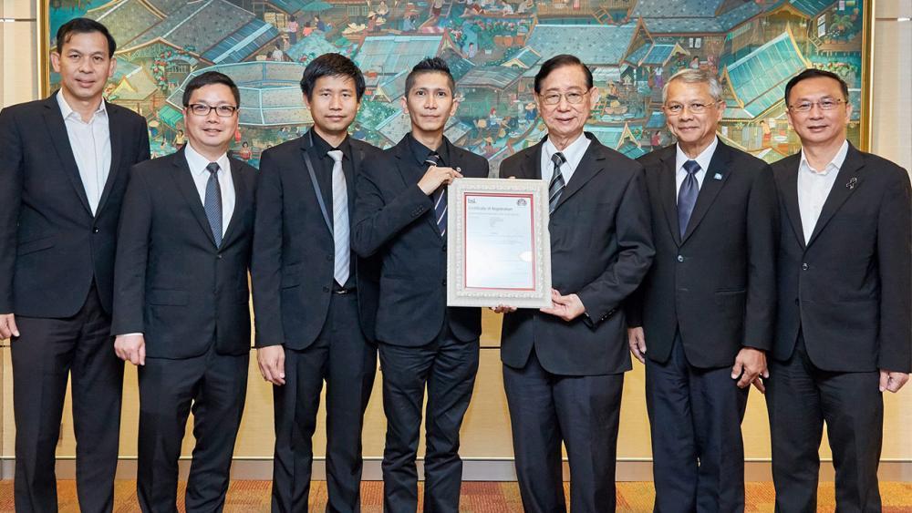 มั่นใจมั่นคง จิรายุตก์ สวัสดิ์ประเสริฐ มอบใบรับรองมาตรฐาน Information Security Management System-ISO/IEC 27001:2013 ด้านการรักษาความมั่นคงปลอดภัยของข้อมูลสารสนเทศ ให้แก่ อภิรักษ์ ไทพัฒนกุล ซีอีโอไทยประกันชีวิต ที่อาคารไทยประกันชีวิต สำนักงานใหญ่ วันก่อน.