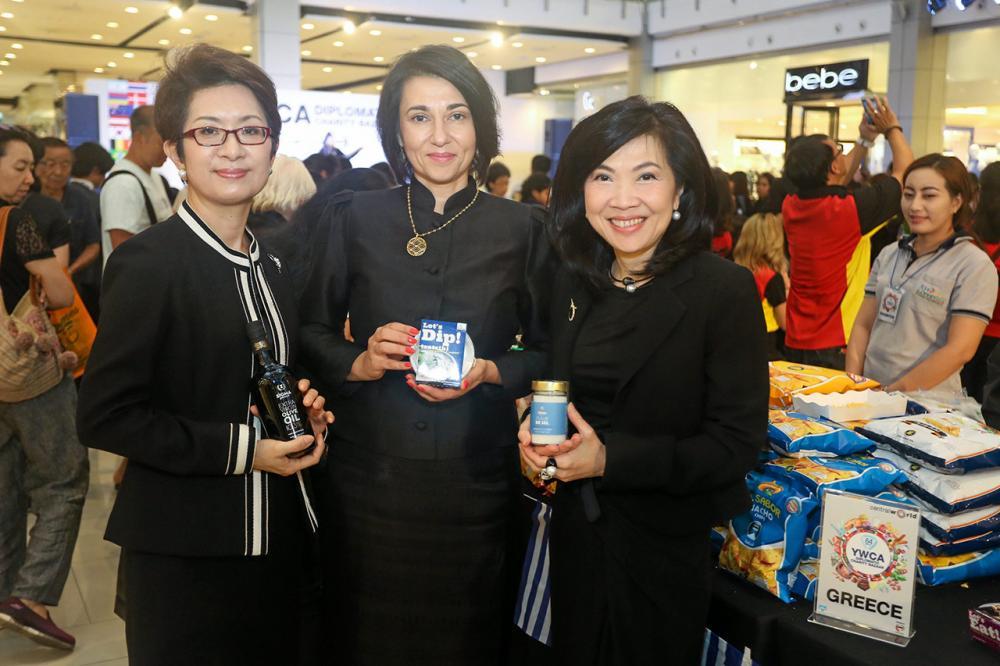 มาดามชุงวา โอ, มาดามกาลินา มัทซูคาโทวา และ สุพัตรา จิราธิวัฒน์ แนะนำผลิตภัณฑ์ในงานออกร้าน นานาชาติ.