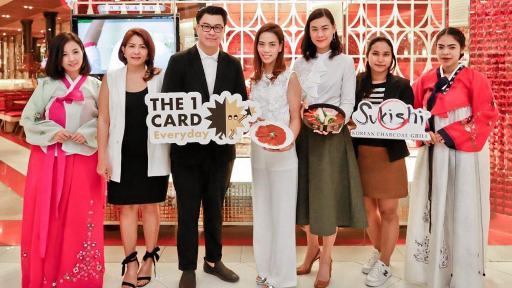 หม่ำเพลิน องอาจ สุขเลิศกมล และ รัตนวรรณ จิรวราพันธ์ จัดงาน The 1 Card X Sukishi Exclusive Campaign สำหรับสมาชิกเดอะ วัน คาร์ด รับประทานอาหารรับฟรีเนื้อหมูหมักสไตล์เกาหลี จัดถึง 30 พ.ย. โดยมี ศศิเพ็ญ จันทร์ศรี มาร่วมงานด้วย ที่ร้านซูกิชิ เซ็นทรัลเวิลด์ วันก่อน.