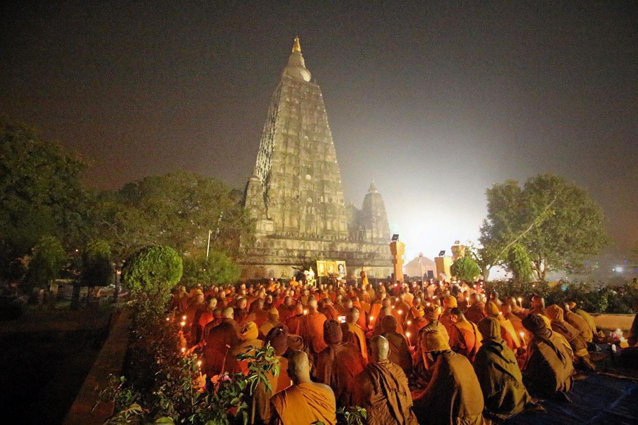 พระธรรมโพธิวงศ์ (วีรยุทฺโธ) หัวหน้าพระธรรมทูตสายอินเดีย-เนปาล และเจ้าอาวาส วัดไทยพุทธคยา เมืองคยา รัฐพิหาร ประเทศอินเดีย เป็นประธานในพิธีสวดมนต์ข้ามปีพิธียิ่งใหญ่ บนดินแดนพุทธภูมิ ที่บริเวณลานใต้ต้นพระศรีมหาโพธิ์ มหาเจดีย์พุทธคยา สังเวชนียสถานแห่งการตรัสรู้ของ สมเด็จพระสัมมาสัมพุทธเจ้า มีพระภิกษุสงฆ์และพุทธศาสนิกชนร่วมพิธีเนืองแน่น.
