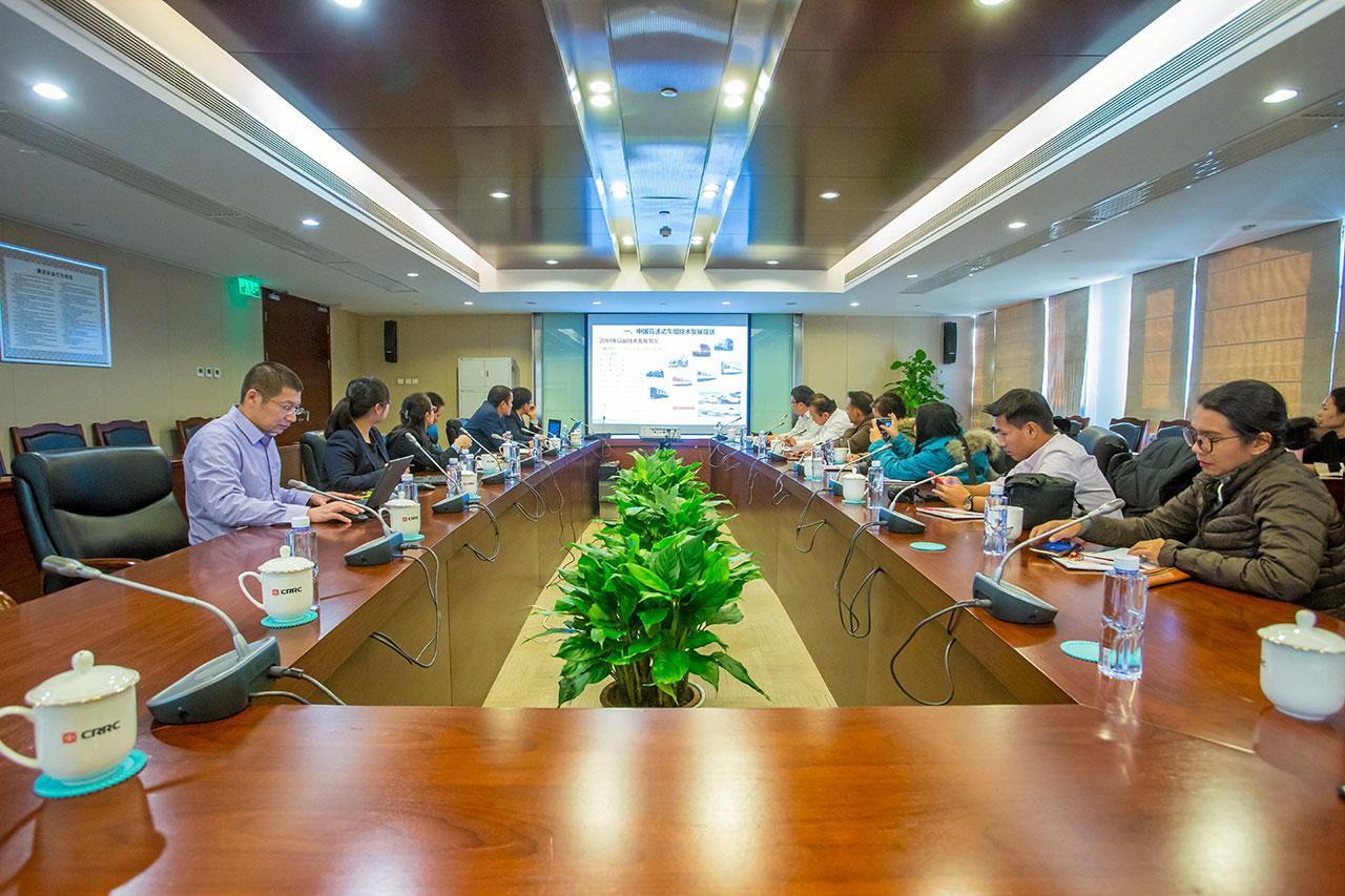 คณะสื่อมวลชนไทยเข้าฟังบรรยายสรุปเรื่องการสร้างรถไฟความเร็วสูง และเทคโนโลยีทันสมัยที่นำมาใช้ ที่บริษัท ซีอาร์อาร์ซี กรุงปักกิ่ง.