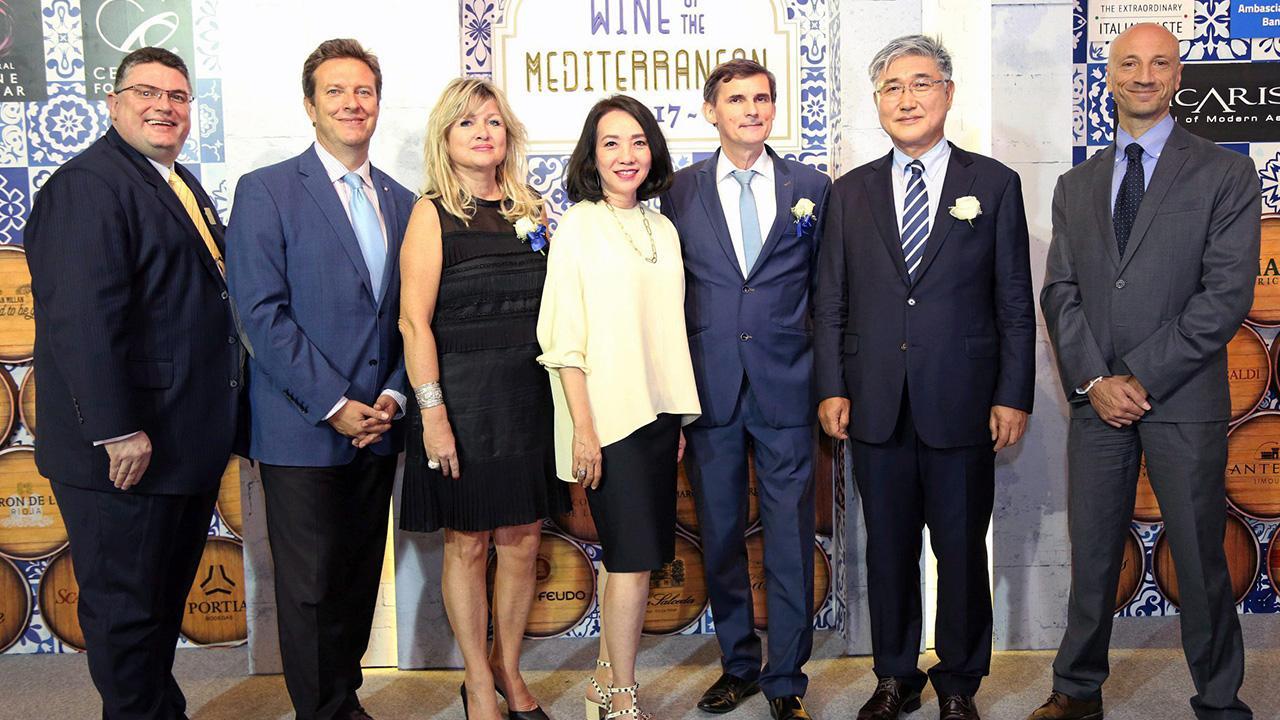 """บิ๊กปาร์ตี้ นิค ไรท์ไมเออร์ จัดงาน """"ไวน์ ออฟ ดิ เมดิเตอร์เรเนียน"""" ปาร์ตี้จำลองบรรยากาศสุดเอ็กซ์คลูซีฟ พร้อมดื่มด่ำกับไวน์จากอิตาลี สเปน และฝรั่งเศส โดยมี ยุวดี จิราธิวัฒน์, นอห์ ควาง อิล, วาลเดมาร์ ดูบานอฟสกี และ กุนเธอร์ ซูเคอร์ มาร่วมงานด้วย ที่เซ็นทรัล ชิดลม วันก่อน."""