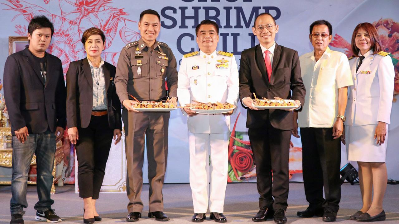 """กินกุ้ง ภิญโญ ประกอบผล และ สุรศักดิ์ โอสถธนากร เปิดงาน """"Shop Shrimp Chill"""" เทศกาลช็อปชิมกุ้งเพื่อส่งเสริมแหล่งผลิตกุ้งก้ามกราม โดยมี ธัญภา นิโครธานนท์, อุบลรัตน์ สุนทรรัตน์, ณัฐชาต สนองชาลี และ ปรีชา กลีบสุข มาร่วมงานด้วย ที่เซ็นทรัลพลาซา ศาลายา วันก่อน."""