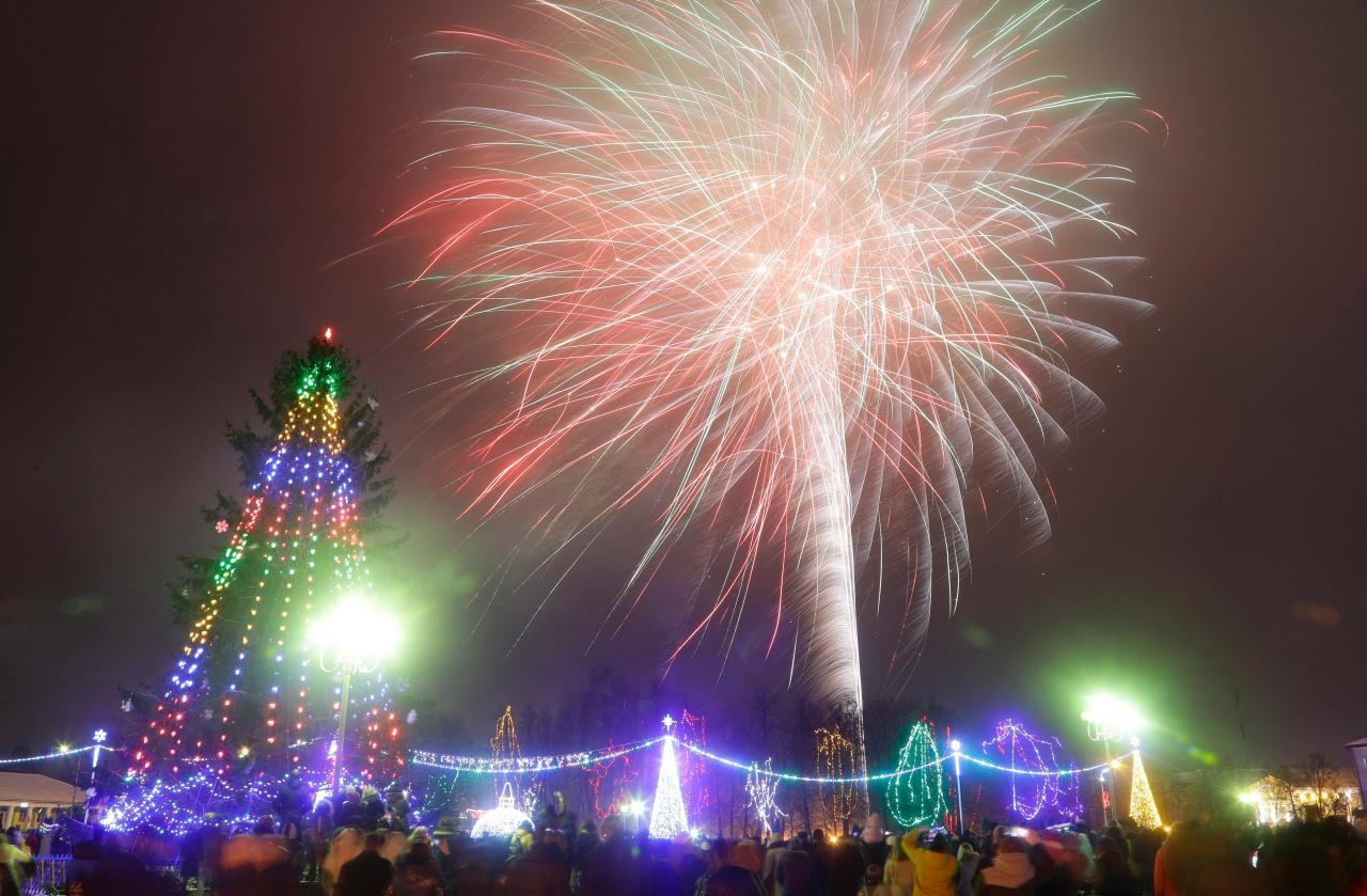 ชาวเบลารุสชมดอกไม้ไฟฉลองปีใหม่ที่เมือง โนวอกรูด็อก