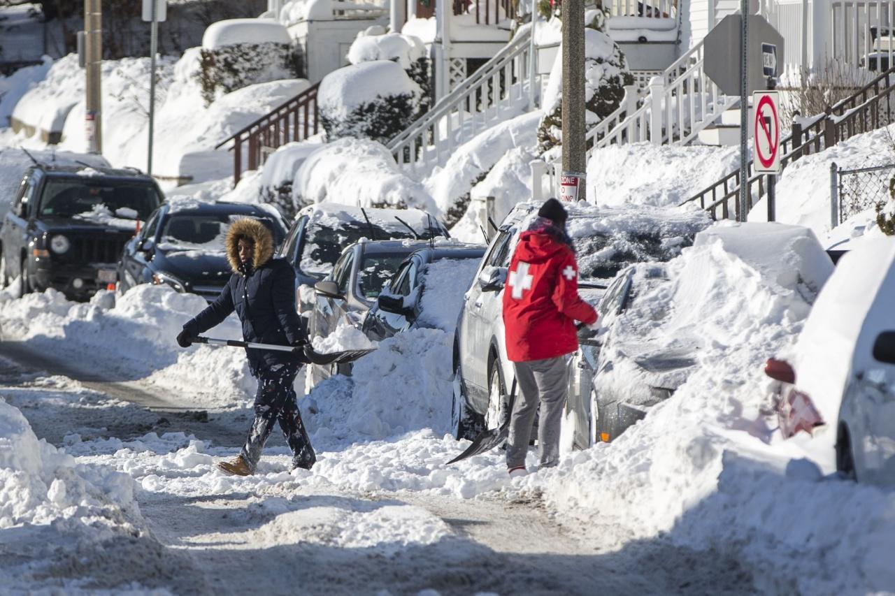 ชาวเมืองบอสตันช่วยกันตักหิมะ
