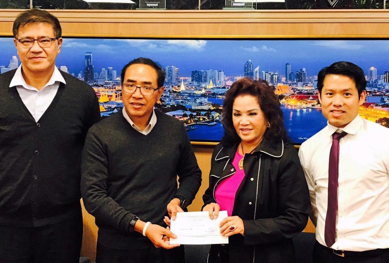 """สนับสนุน ธานี แสงรัตน์ กสญ. ณ นครลอสแอนเจลิส ประเทศสหรัฐฯ มอบเงิน 30,000 เหรียญสหรัฐฯ แก่ ศรีวงษ์ อาญาสิทธิ์ ประธานคณะกรรมการจัดงาน """"Thai New Year Songkran Festival 2018"""" สนับสนุนการจัดงาน."""