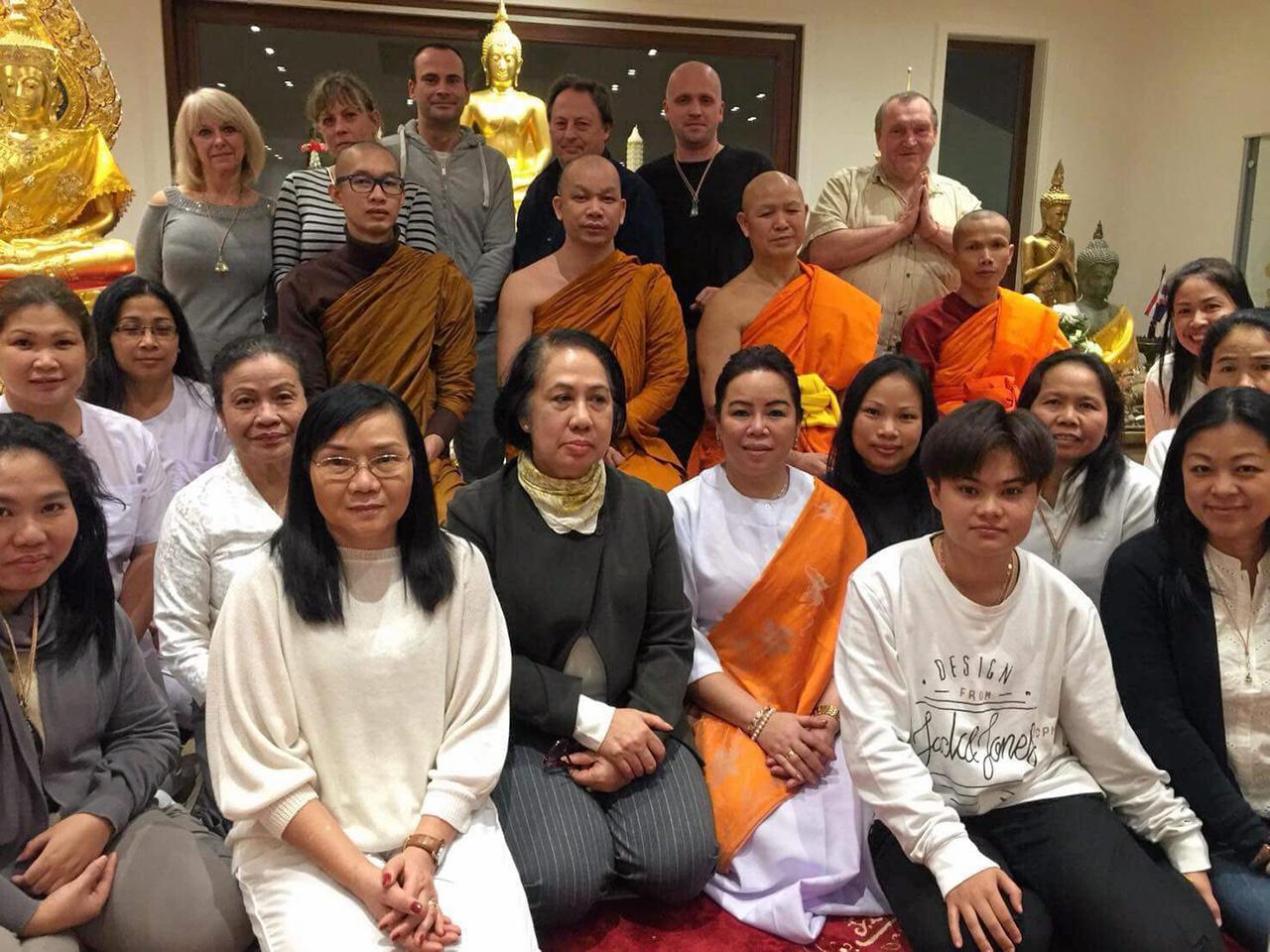 พลังไทย พระราชวิสุทธิวิเทศ เจ้าอาวาสวัดไทยธรรมาราม เมืองวอเตอร์ลู ประเทศเบลเยียม ถ่ายภาพร่วมกับชาวไทยและชาวต่างชาติในเบลเยียม เนเธอร์แลนด์ และลักเซมเบิร์ก ไปร่วมสวดมนต์ข้ามปีที่วัดไทยธรรมาราม.