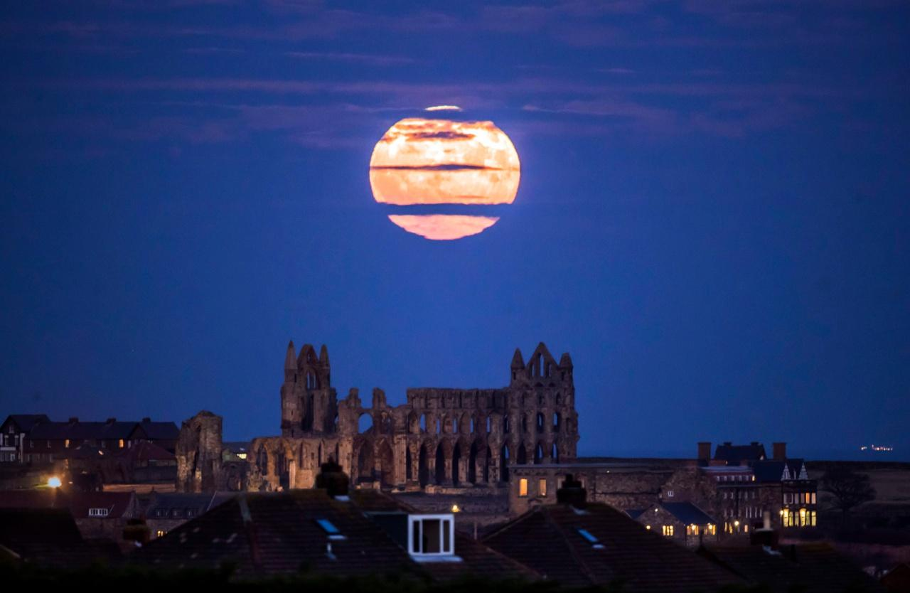 ดวงจันทร์เต็มดวงลอยเหนือโบสถ์ ในเมือง วิตบี ทางตะวันออกเฉียงเหนือของอังกฤษ