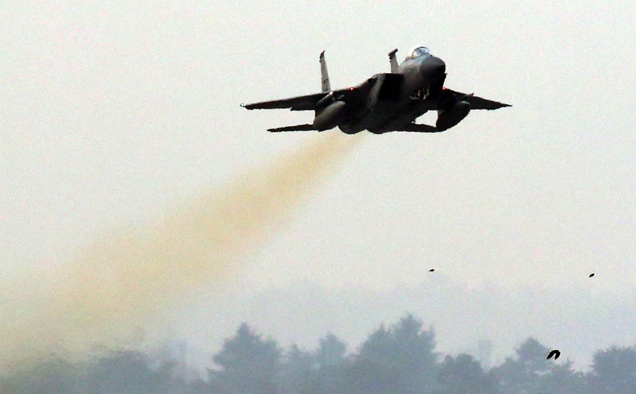 เครื่องบินรบF-15C ของกองทัพอากาศสหรัฐฯ ทะยานขึ้นจากฐานทัพอากาศในเมืองกวางจู ร่วมซ้อมรบ