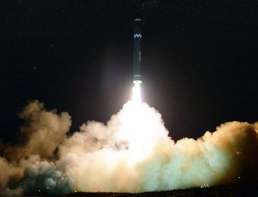 เกาหลีเหนือเผยภาพการยิงจรวด ฮวาซอง-15 ที่พวกเขาอ้างว่า เป็นขีปนาวุธข้ามทวีปที่สามารถติดตั้งหัวรบนิวเคลียร์ได้