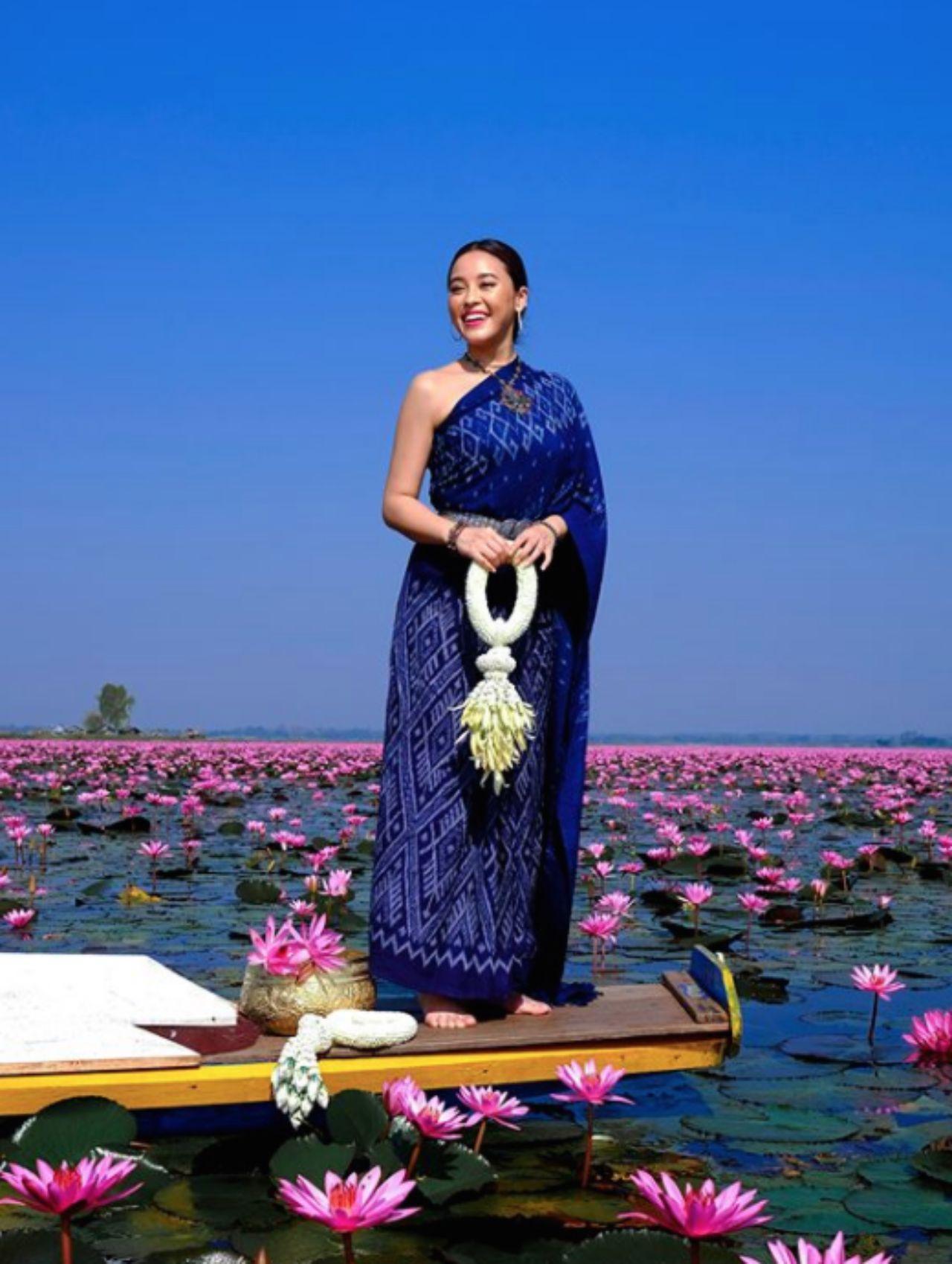 แต่งชุดไทยนั่งเรือชมทะเลบัวแดง
