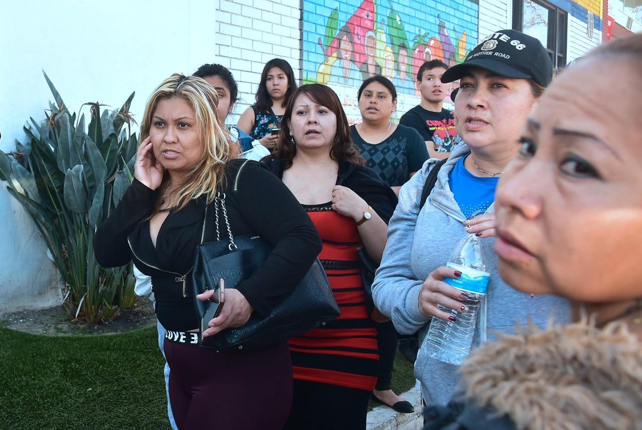 ผู้ปกครองของเด็กนักเรียนกำลังรอฝังข่าวด้วยความกระวนกระวาย