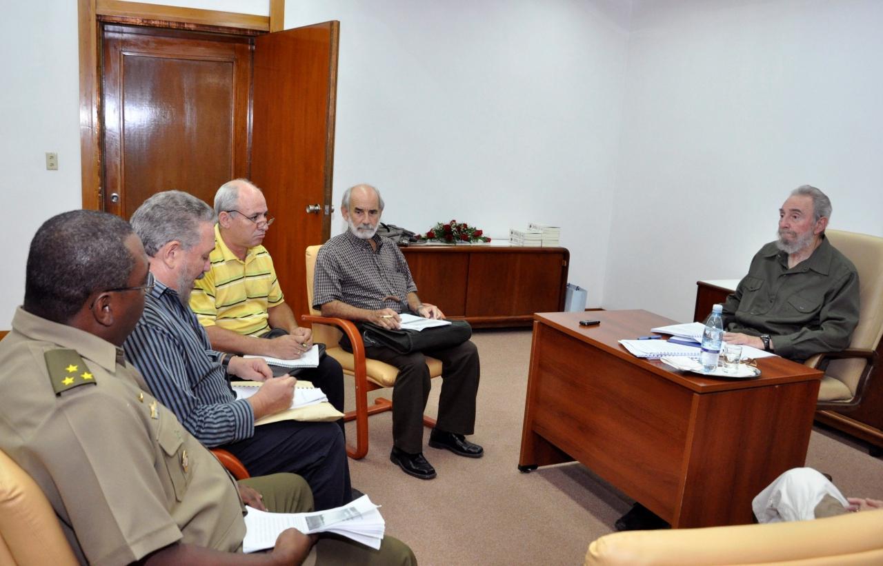 นายฟิเดล แองเจล คาสโตร ดีแอซ-บาลาร์ต  (ที่2จากซ้าย) นั่งประชุมกับพ่อ อดีตประธานาธิบดีฟิเดล คาสโตร เมื่อ ส.ค. 53
