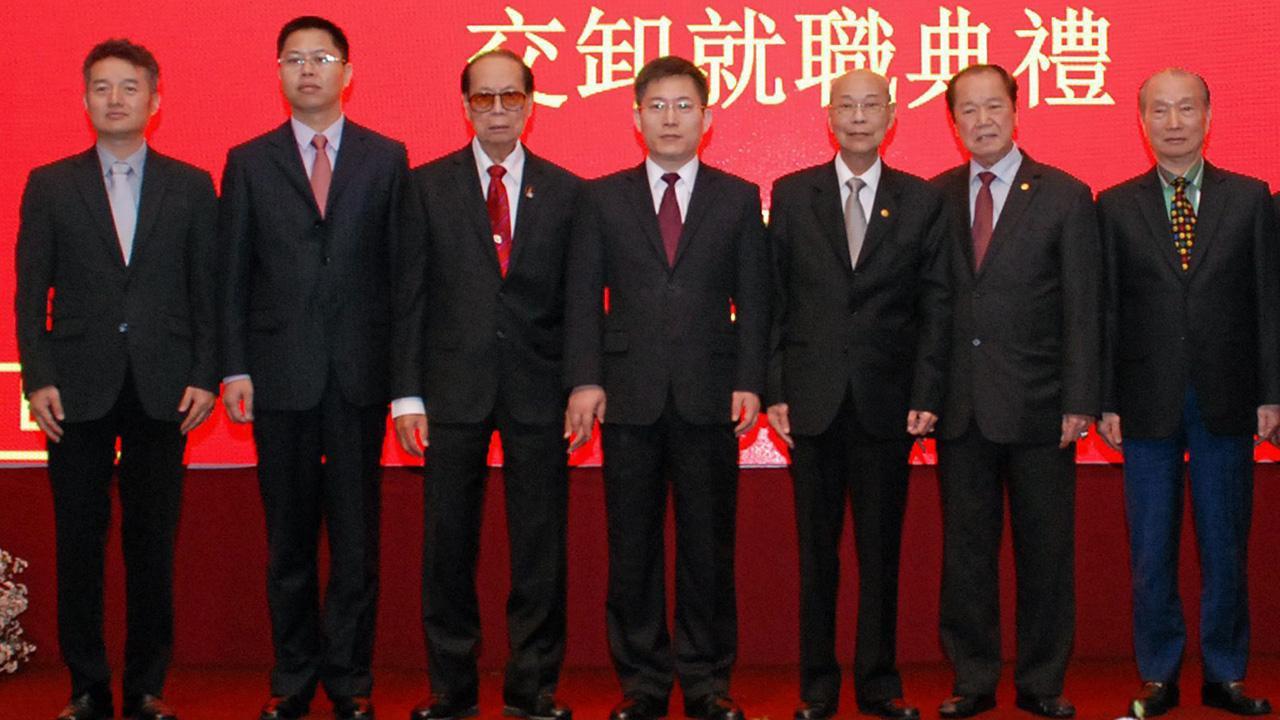 ประธานใหม่ หลี่ว เจี้ยน ทูตสาธารณรัฐประชาชนจีน เป็นประธานในพิธีมอบตำแหน่งประธานหอการค้าไทย-จีน ให้แก่ จิตติ ตั้งสิทธิ์ภักดี โดยมี ยง สุขสุดประเสริฐ, ดร.สุธี มีนชัยนันท์, วิสิทธิ์ ลีละศิธร และ ไกรสร จันศิริ มาร่วมในพิธีด้วย ที่หอการค้าไทย-จีน ตึกไทย ซีซี วันก่อน.