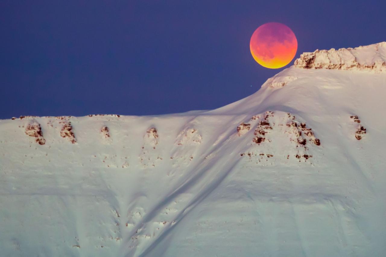 'พระจันทร์สีเลือด' ที่อำเภอ ฮาสซา ในเมืองฮาเตย์  ใกล้ชายแดนระหว่างซีเรียกับตุรกี