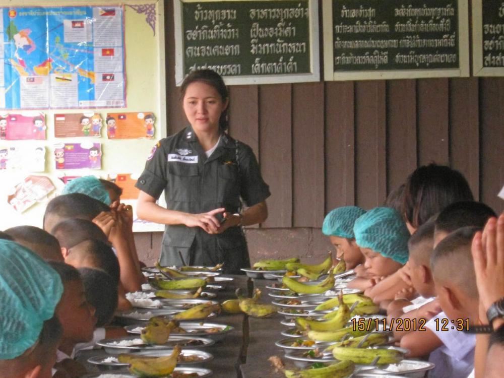 ครู ตชด.เอาใจใส่และคอยดูแลนักเรียนรับประทานอาหารอย่างใกล้ชิด.