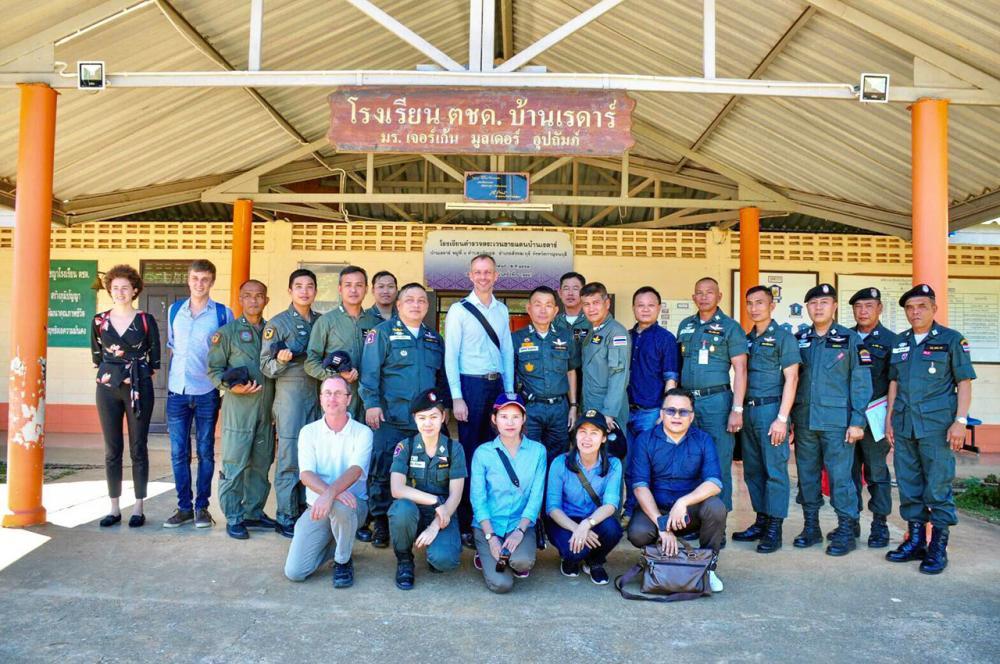 นายยาน แชร์ อัครราชทูตที่ปรึกษา ทำหน้าที่อุปทูตเยอรมนีประจำประเทศไทย นำคณะเยี่ยมโรงเรียน ตชด.ชายแดนไทย-เมียนมา จ.กาญจนบุรี 3 โรงเรียนเพื่อมอบตู้เย็นพลังงานแสงอาทิตย์ เก็บอาหารสดไว้ปรุงให้นักเรียนรับประทาน รวมทั้งเก็บรักษาเซรุ่มและยารักษาโรค โดยมี พล.ต.ต.พงศ์ศักดิ์ ลิ้มเฉลิมฉัตร ผบก.ตชด.ภาค 1 ต้อนรับนำเยี่ยมพื้นที่.