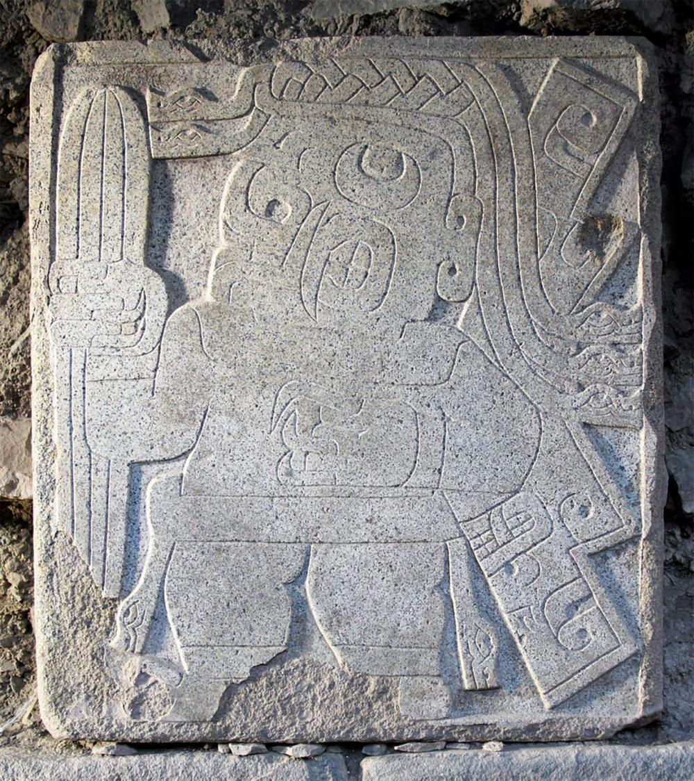 ภาพสลักมนุษย์กึ่งเสือจากัวร์ มือข้างหนึ่งถือกระบองเพชรซานเปโดรเอาไว.
