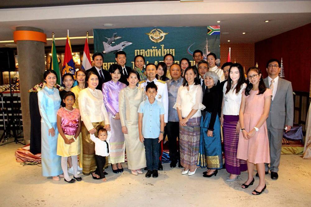 """วันกองทัพไทย พ.อ.พรรณวัตร บุญชัย ผู้ช่วยทูตทหาร ประจำกรุงพริทอเรีย แอฟริกาใต้ จัดงานเฉลิมฉลอง """"วันกองทัพไทย"""" โดยมี ไพสิฐ บุญปาลิต อัครราชทูต ณ กรุงพริทอเรีย ไปร่วมงาน ที่ร้านพัดโบกฯ."""