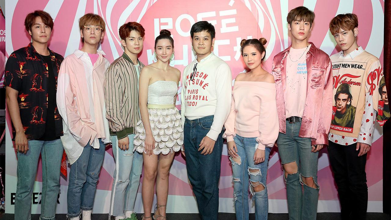 """ลุคเกาหลี กสิณสุข มะกล่ำทอง และ ชนิกา ชีรชานนท์ เปิดตัวเครื่องดื่ม """"บรีเซอร์"""" BREEZER รสชาติใหม่ """"โรเซ่ พั้นซ์"""" โดยมีบอยแบนด์เกาหลีวง N'FLYING ควอนกวางจิน, คิมแจฮยอน, อีซึงฮยอบ และ ชาฮุน มาร่วมงานด้วย ที่ CÉ LAVI BANGKOK วันก่อน."""
