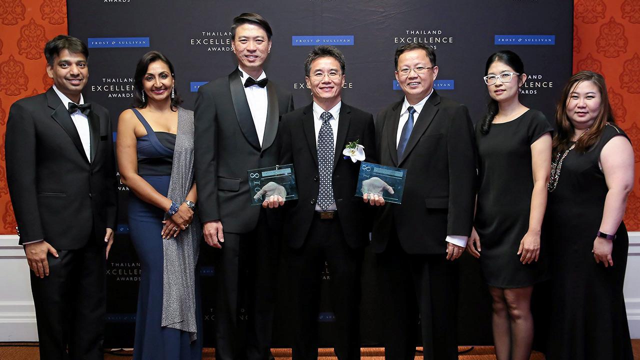 """เจ๋ง วีรชัย พัชโรภาสวงศ์ ในนามเอไอเอส เข้ารับรางวัลแบรนด์ผู้นำด้านเทคโนโลยี IoT และ นวัตกรรม Cloud Services จาก โกะ อิง ลอก ในงาน """"2018 Frost & Sullivan Thailand Excellence Awards"""" โดยมี อเจ ซุนเดอร์ และ เรณู บูเลอร์ มาร่วมงานด้วย ที่โรงแรมอนันตรา สยาม วันก่อน."""