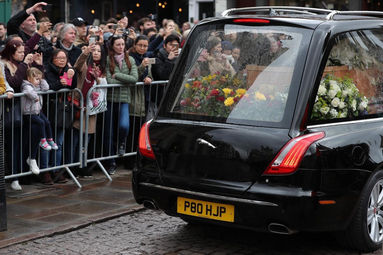 รถแห่โลงศพของสตีเฟน ฮอว์กกิ้ง เดินทางผ่านฝูงชนที่มารวมตัวกัน