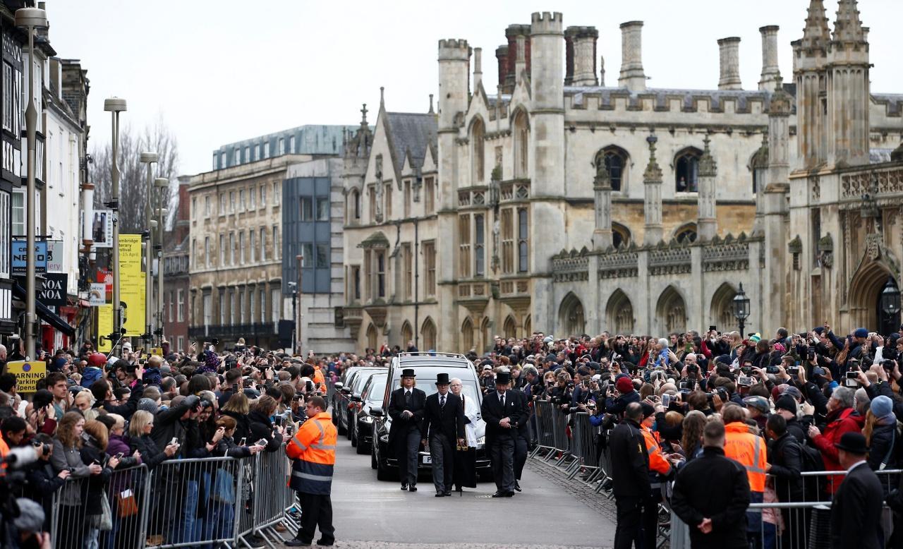 ประชาชนจำนวนมากมารวมตัวกันหน้าโบสถ์เกรท เซนต์ แมรีส์ สถานที่จัดพิธีศพของ สตีเฟน ฮอว์กกิ้ง