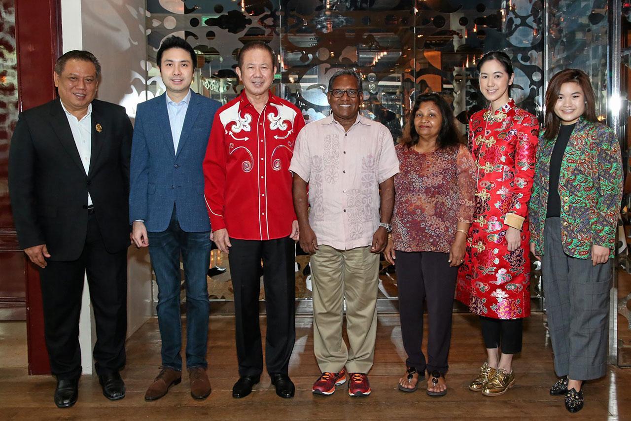 เวลคัม สนั่น อังอุบลกุล จัดงานเลี้ยงต้อนรับ มูฮัมหมัด วะฮีด ฮะซัน อดีตประธานาธิบดีสาธารณรัฐมัลดีฟส์ ในโอกาสมาเยือนประเทศไทย โดยมี ดร.การัณย์ อังอุบลกุล, ปิยะพร อังอุบลกุล, นิธินันท์ อังอุบลกุล และ สมทรง รักษาพล มาร่วมงานด้วย ที่โรงแรมแกรนด์ ไฮแอท เอราวัณ วันก่อน.