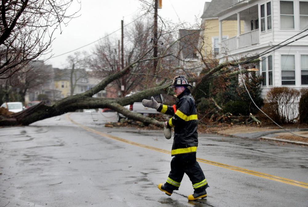 ต้นไม้ล้มกีดขวางถนนในเมือง สแวมป์สกอตต์ รัฐแมสซาชูเซตส์