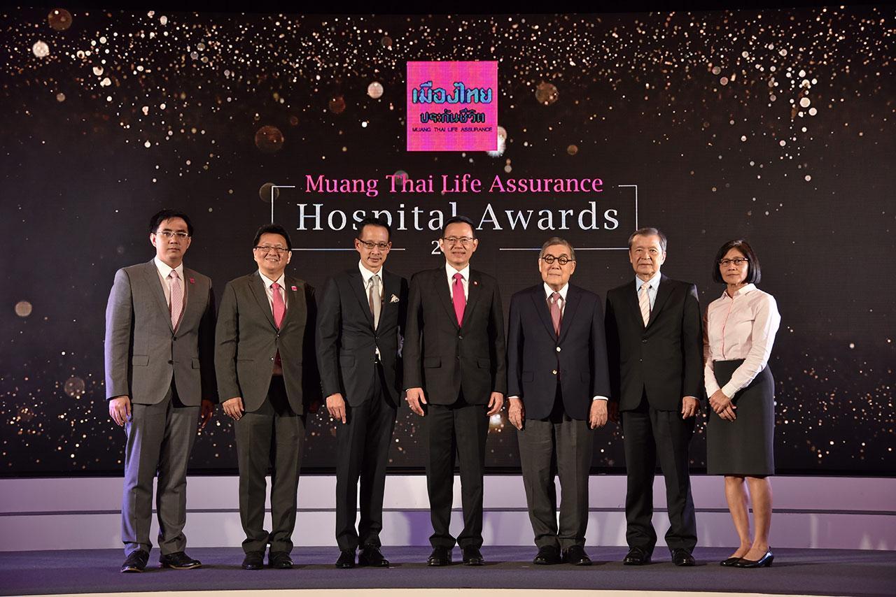 """บริการดี ดร.สุทธิพล ทวีชัยการ มอบรางวัล """"Muang Thai Life Assurance Hospital Awards 2017"""" ให้แก่โรงพยาบาลให้บริการด้านประกันสุขภาพดีเยี่ยม โดยมี พล.ท.นพ.สุปรีชา โมกขะเวส, สันติ วิริยะรังสฤษฎ์ และ สาระ ล่ำซำ มาร่วมงานด้วย ที่ รร.เชอราตัน สุขุมวิท วันก่อน."""