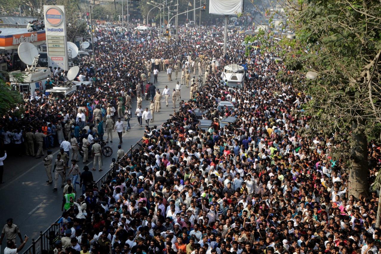 ชาวอินเดียนับหมื่นมาร่วมพิธีศพของศรีเทวี
