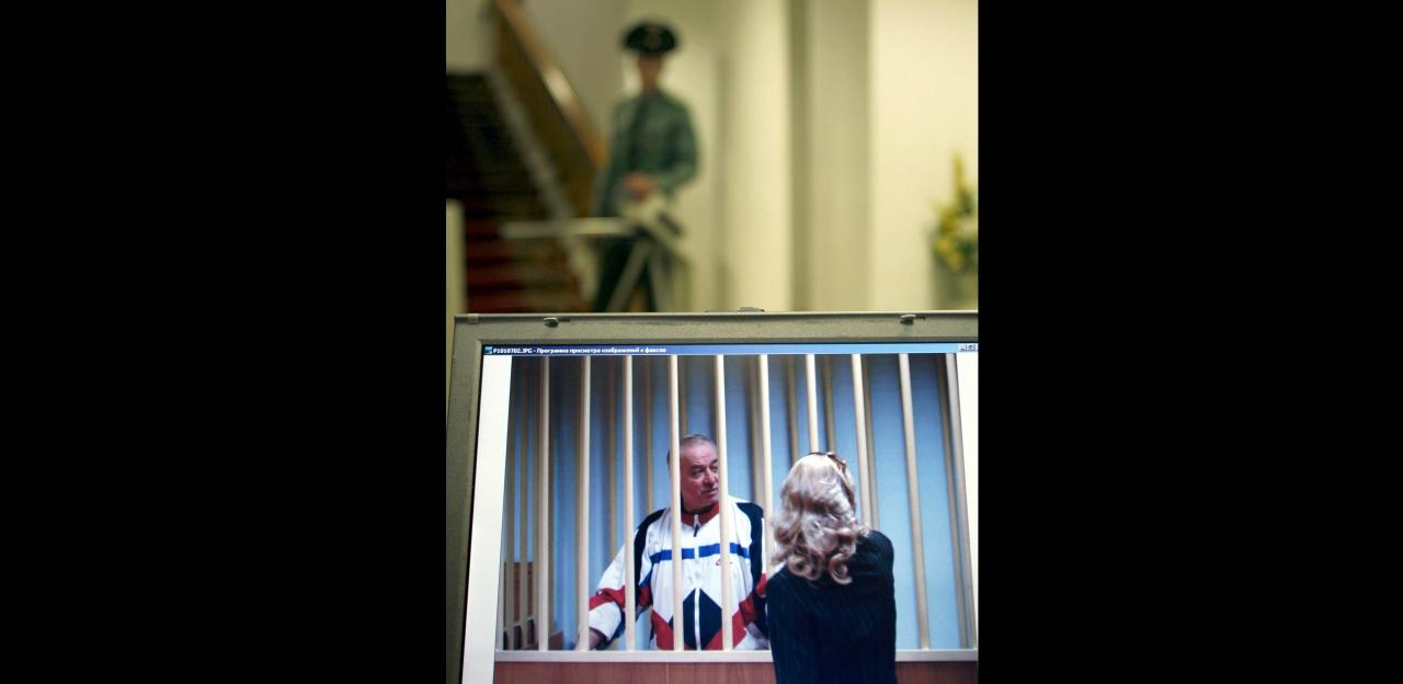นายเซอร์เก สครีพอล พูดคุยกับทนายความหญิง ขณะเขาถูกจำคุกในรัสเซีย เมื่อปี 2549