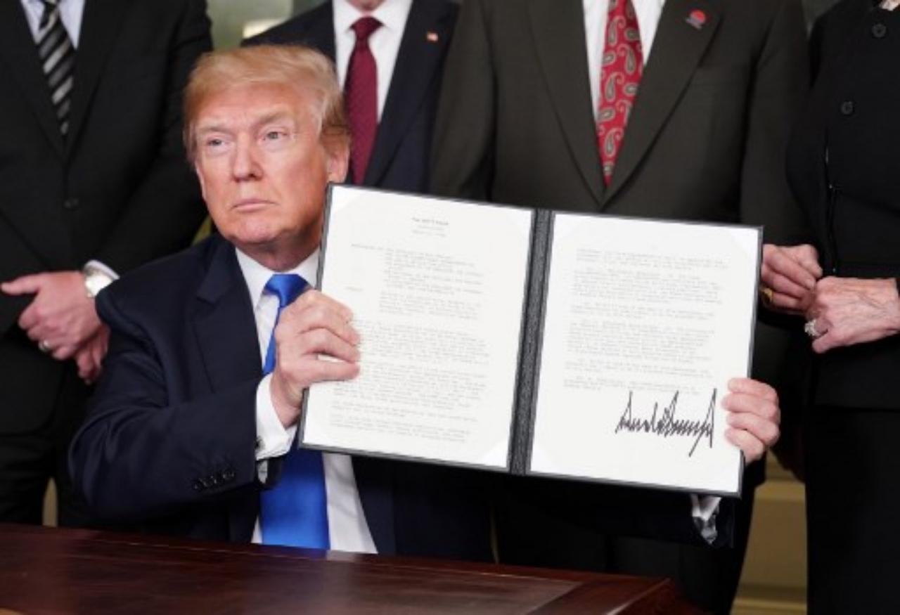 ประธานาธิบดีโดนัลด์ ทรัมป์ ลงนามในบันทึกความเข้าใจขึ้นภาษีสินค้านำเข้าจากจีน