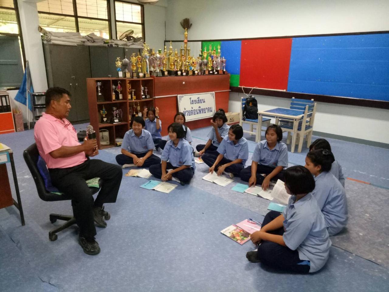 ครูหมีกำลังสอนนักเรียนที่โรงเรียน