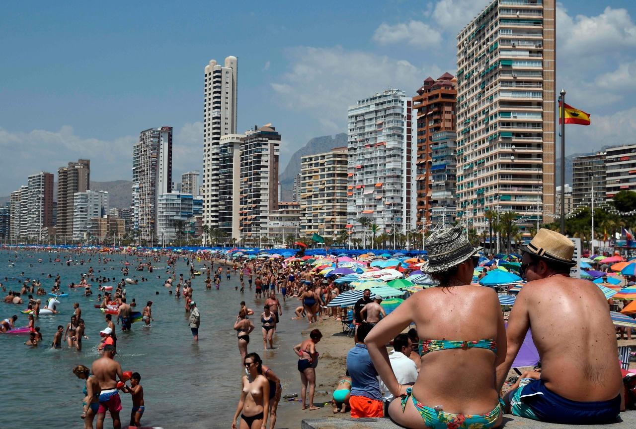 ชาวสเปนจำนวนมาแห่ไปคลายร้อนที่ชายหาด