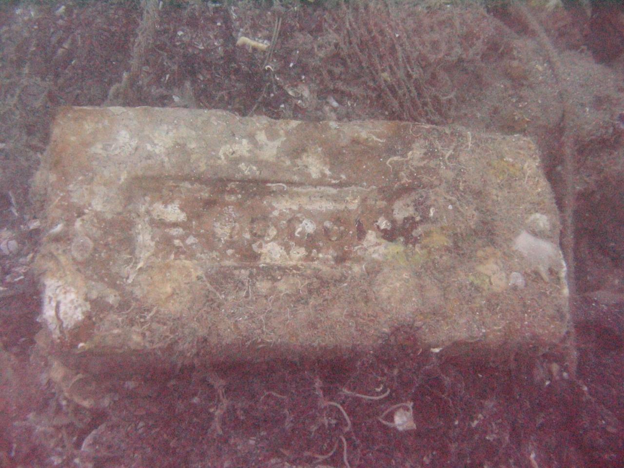 ภาพก้อนอิฐที่อยู่บนเรือร้อยปี จากกองโบราณคดีใต้น้ำ กรมศิลปากร กระทรวงวัฒนธรรม
