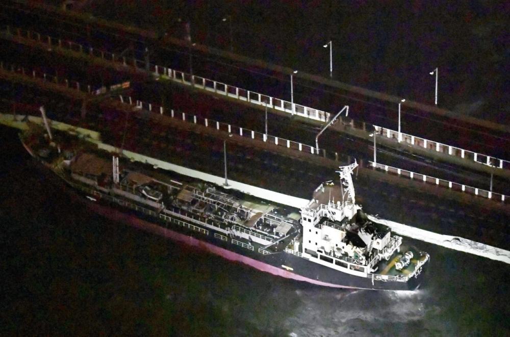 เรือบรรทุกน้ำมัน หนัก2,591 ตัน ถูกลมพายุพัดจนไปชนกับสะพานข้ามไปยังสนามบินคันไซ