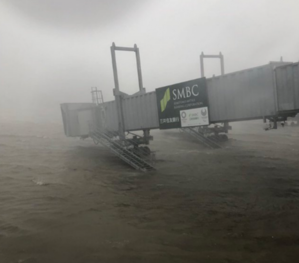 ภาพจากทวิตเตอร์ Avaiation24.be :รันเวย์สนามบินคันไซ ในจังหวัดโอซาก้า จมบาดาล ฝนตกหนักมาก