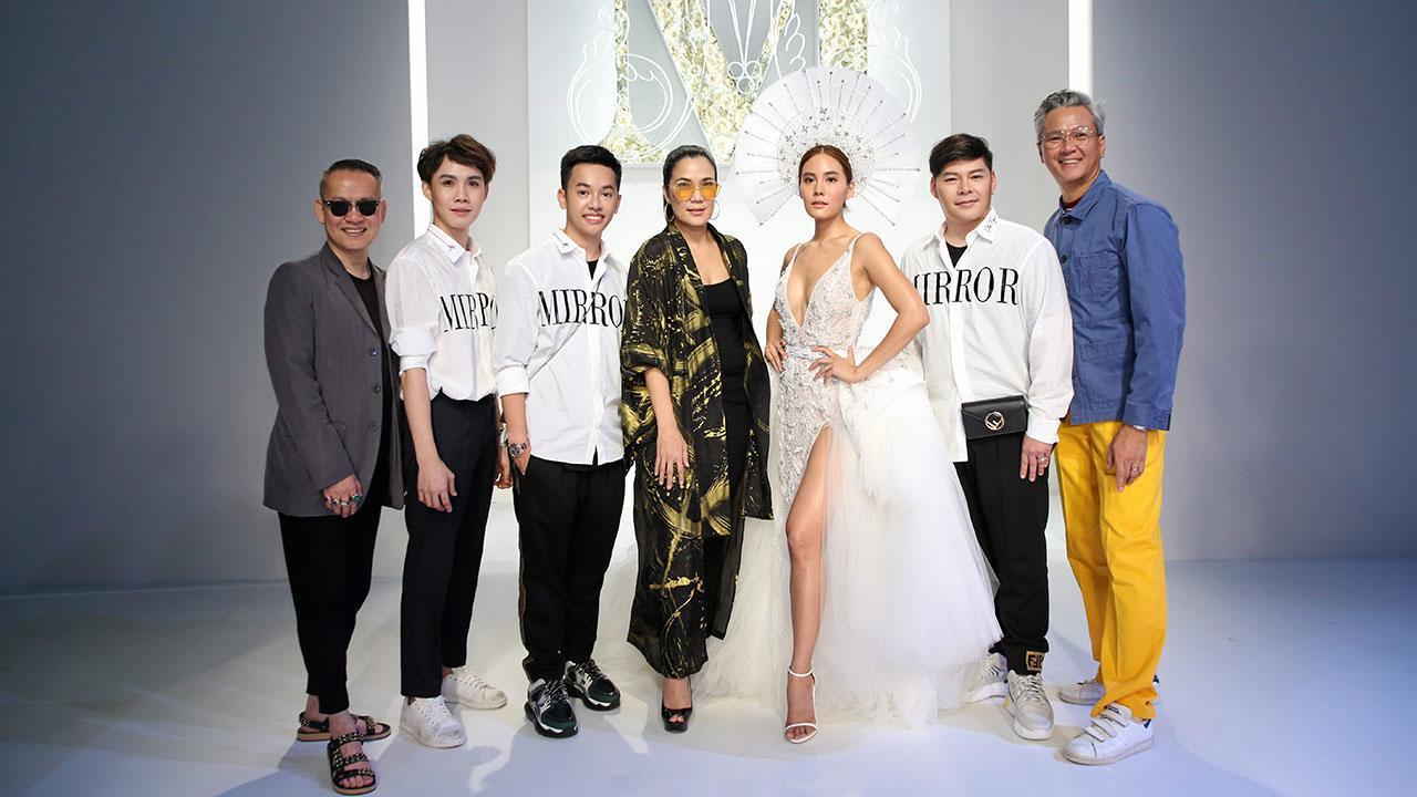 """ดูแฟชั่น - ปภาณ ไกวัลศิลป์ และ เจษฎา สุวรรณาภัย จัดแฟชั่นโชว์ """"The Season of Love"""" ชุดแต่งงานสุดลักชัวรีของแบรนด์ มิลเลอร์ มิลเลอร์ แบ็งค็อก ในงาน EllE Fashion Week 2018 โดยมี ภูมิจิต พลางกูร, สมบัษร ถิระสาโรช, จิรัฏฐ์ ทรัพย์พิศาลกุล และ เจนี่ เทียนโพธิ์สุวรรณ์ มาร่วมงานด้วย ที่ห้างเซ็นทรัลเวิลด์ วันก่อน."""