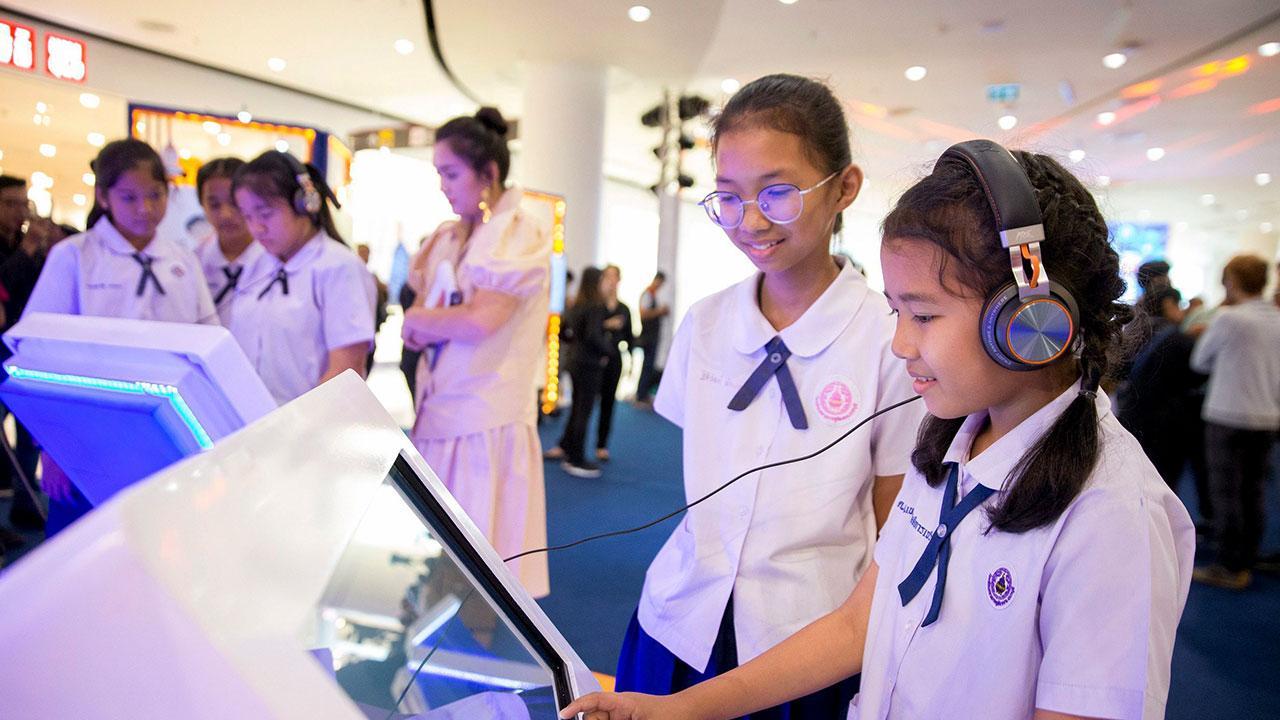 นักเรียนให้ความสนใจเข้าชมเทคโนโลยีการสื่อสารดิจิทัล ที่จัดให้คำแนะนำ การรับข่าวสารจากสื่อโซเชียลอย่างถูกต้อง.