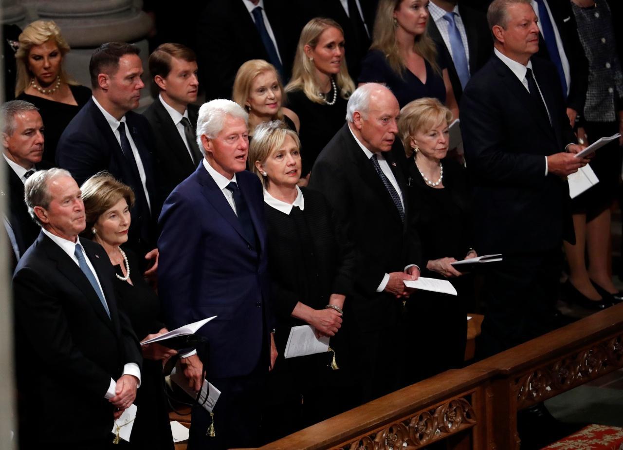 อดีตประธานาธิบดีสหรัฐฯ อย่าง จอร์จ ดับเบิลยู บุช และ บิล คลินตัน เข้าร่วมพิธีรำลึกจอห์น แมคเคนด้วย