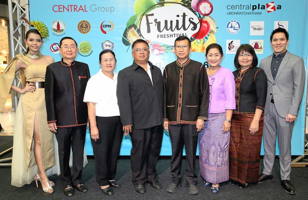 """กินผลไม้  -  สฤษดิ์ วิฑูรย์ และ ธวัช สุระบาล เปิดงาน """"Fruits Freshtival เทศกาลผลไม้จากสวน"""" เพื่อช่วยเหลือเกษตรกรสวนผลไม้ไทย โดยมี ปิติพร ชุติสิริวัฒนา, ยุพาภร วิฑูรย์, ธนภร พูลเพิ่ม และ วิทยา วิรารัตน์ มาร่วมงานด้วย ที่เซ็นทรัลพลาซา อุบลราชธานี วันก่อน."""