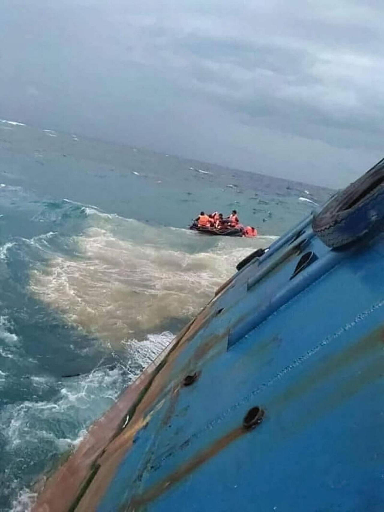 เจ้าหน้าที่นั่งเรือยางมาช่วยผู้โดยสารที่ประสบภัย
